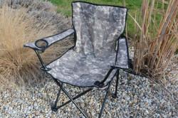 Rozkladacia stolička v kamuflážnej farbe